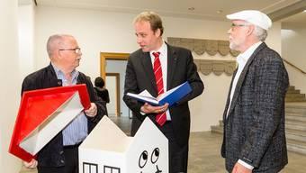 Robert Jäk und Walter Richner überreichten Grossratspräsident Marco Hardmeier im Mai die Petition.
