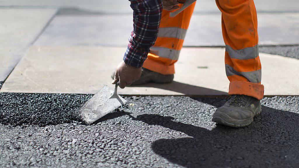 Bauarbeiter bei der Arbeit auf der Zürcher Bahnhofstrasse: Der Schweizerische Gewerkschaftsbund will, dass er nächstes Jahr 1,5 Prozent mehr verdient.