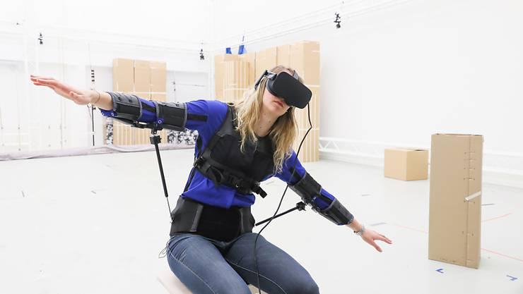 Die Steuerungsjacke macht es möglich, virtuelle und reale Drohnen mit Bewegungen des Oberkörpers zu steuern. Dies verleiht den Pilotinnen und Piloten das Gefühl, tatsächlich zu fliegen.