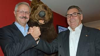 Roger Müller (links) gratulierte an der Delegiertenversammlung im Bären Jürg Seiler zur Wahl und spricht von einem «bärenstarken» Nachfolger.