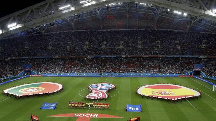 Die spanische und die portugiesische Nationalhymne ertönen vor dem Spiel.