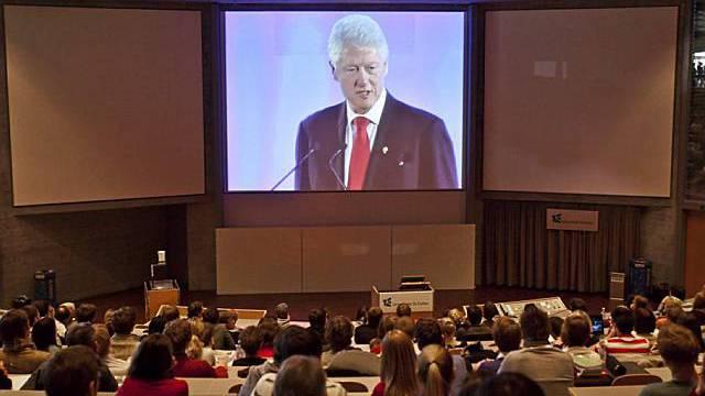 Studenten hören der Rede von Bill Clinton zu