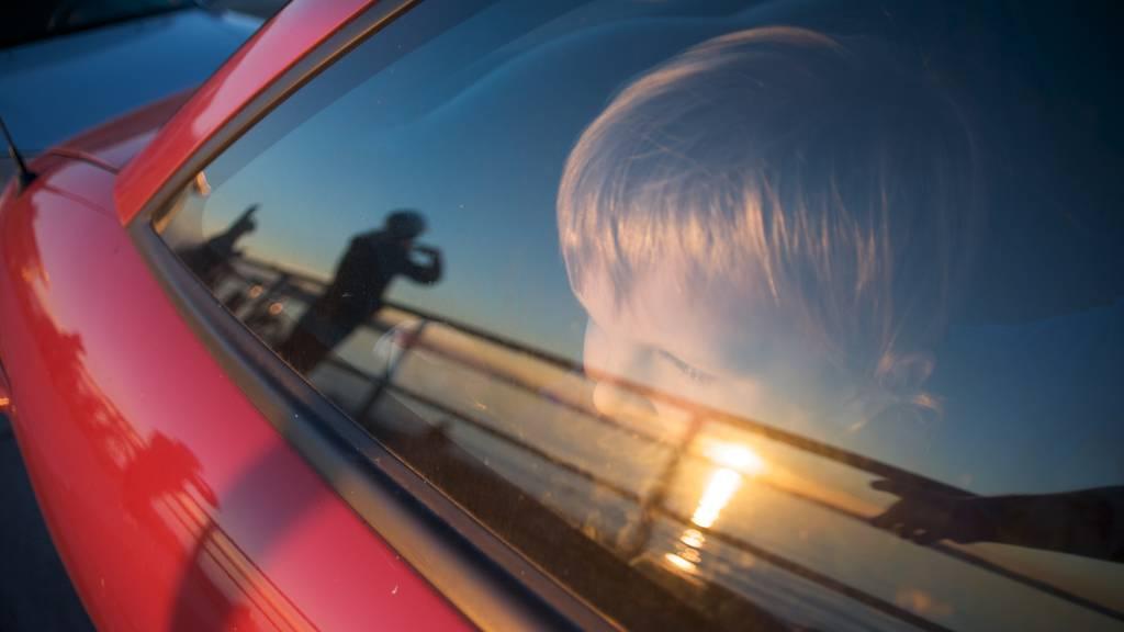 Kind oder Tier im heissen Auto: Darf ich die Scheibe einschlagen?