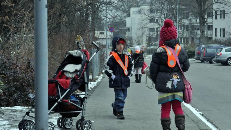 Wie empfohlen: Kinder machen sich zu Fuss auf den Heimweg.