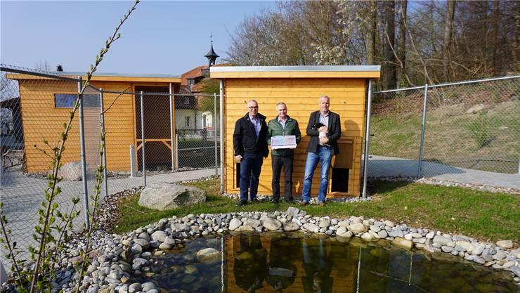 Christoph Littwin und Marcel Gisler (Insieme Freiamt) übergeben den Scheck an Heimleiter Hansruedi Luginbühl.