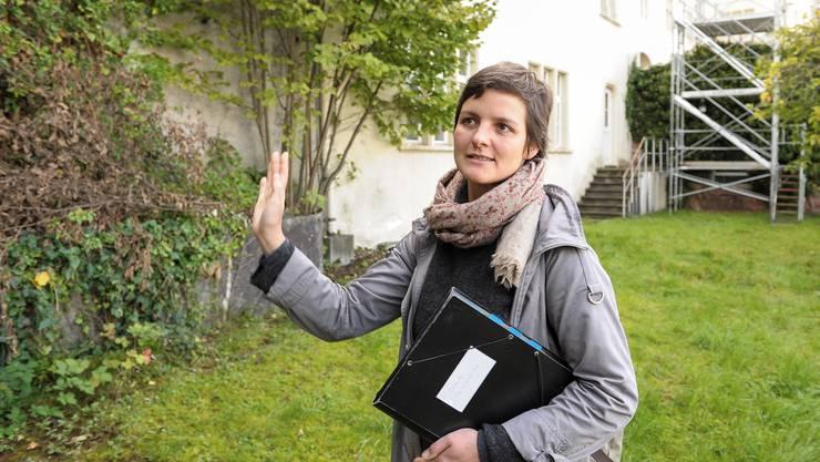 Susanne Winkler von der Stadtgärtnerei Basel zeigt der bz den Garten.