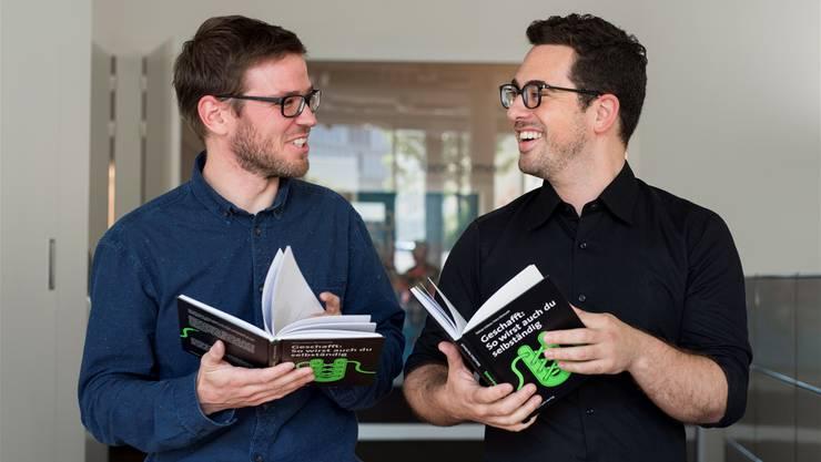 Die Freude über das gemeinsame Buch ist gross: Journalist Yves Demuth (l.) und Unternehmer Tobias Gläser.