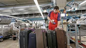 Gepäckstücke werden per Strichcode identifiziert. Künftig sollen die Etiketten neu einen Chip enthalten, der über Funkwellen auslesbar wäre. Sibylle Meier