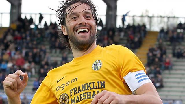 Luca Toni jubelt nach seinem Penalty-Tor zum 1:1 für Verona.