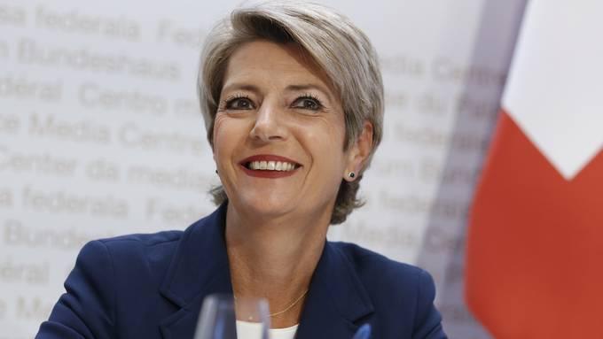 Bundesrätin Karin Keller-Sutter stellt sich den Fragen von sechs Lesern.