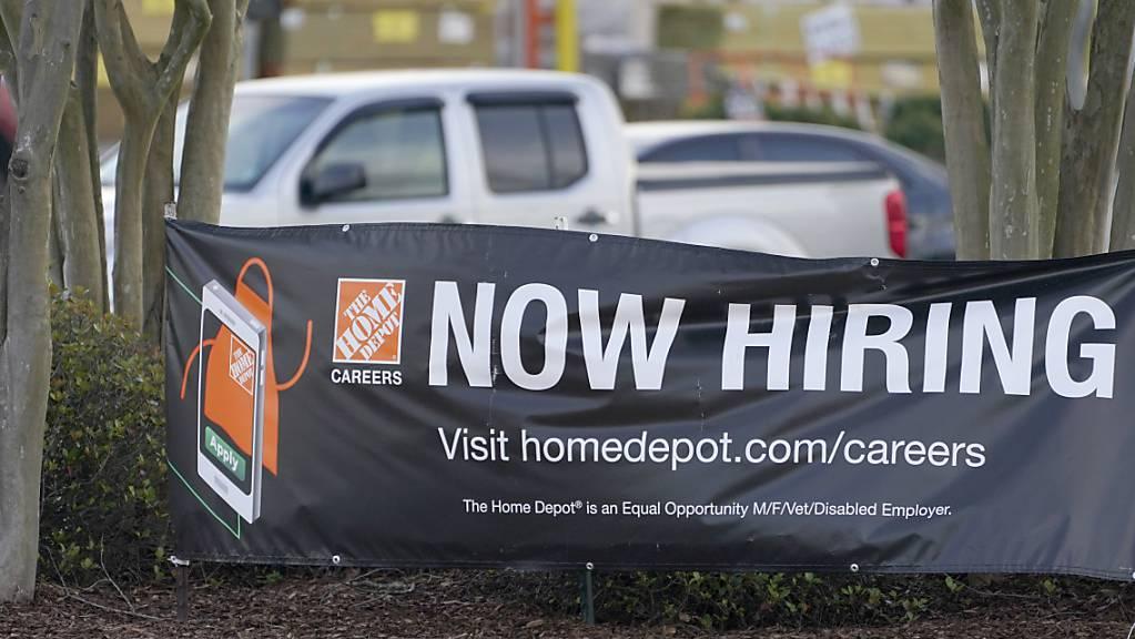 Die Zahl der US-Arbeitslosenanträge ist auf dem tiefsten Stand in der Coronakrise. (Archiv)
