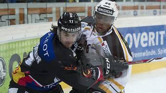 Luganos Clarence Kparghai (r.) ringt mit Alain Berger um den Puck.
