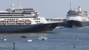 """Nach langem Tauziehen und heftigen Diskussionen konnten die Kreuzfahrtschiffe """"Zaandam"""" und """"Rotterdam"""" in den Hafen von Fort Lauderdale (Florida) einlaufen. Auf der """"Zaandam"""" befanden sich Personen, die mit dem Coronavirus infiziert waren."""