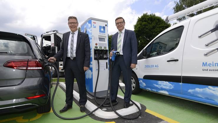 Freuen sich über die neue Schnellladestation: Regierungsrat Roland Fürst und AEK-Chef Walter Wirth (von links).