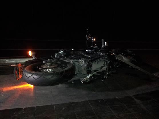 Der Fahrer des Töffs wurde mit einem Armbruch und einer Fraktur im Gesicht ins Spital eingeliefert.