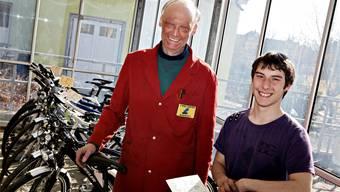 Der Biberister Velofachhändler Albert Scherrer und sein Lernender Luca Testa sind bereit für die Velosaison.
