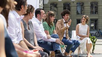 Arber Bullakaj (Mitte) und weitere Kandidaten zusammen mit Vertretern von Operation Libero.