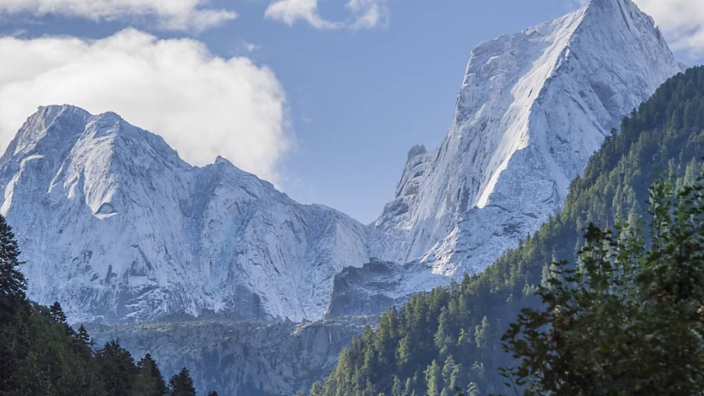 Imposante Dreitausender: Der Piz Badile (rechts) und der Piz Cengalo (links) hinten im Val Bondasca im Bergell.
