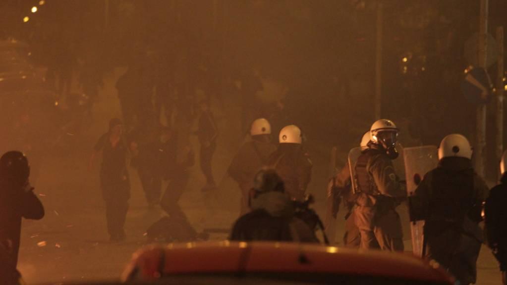 Polizisten und Demonstranten stoßen während eines Protests in Athen zusammen. Foto: Aristidis Vafeiadakis/ZUMA Wire/dpa