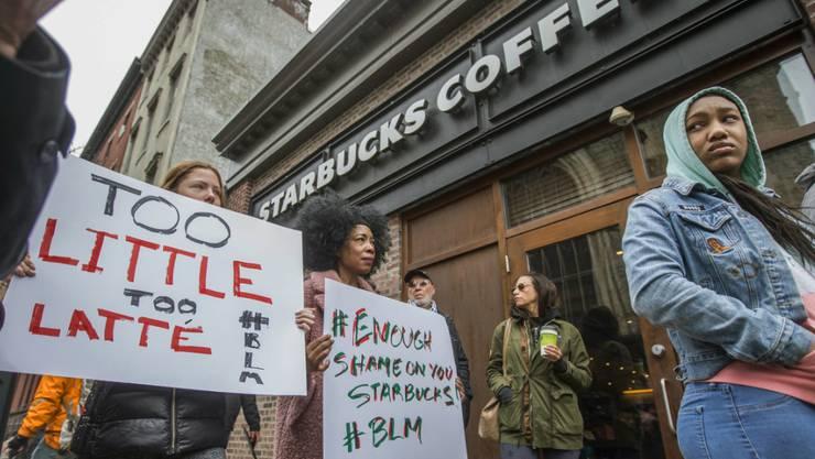 Empörte Bürger demonstrieren in Philadelphia gegen die Festnahme zweier Afroamerikaner in einerm Starbucks-Café.