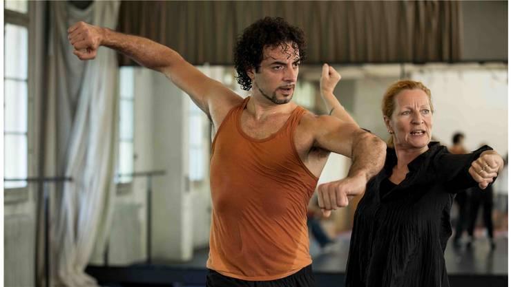 Tänzer Alvise Carbone und Choreografin Brigitta Luisa Merki proben die Choreografie Perlas Peregrinas. ZVG