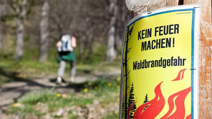 Ein Plakat warnt vor der grossen Waldbrandgefahr (Archiv).