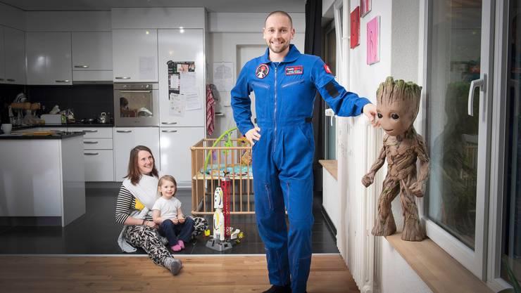 Steve Schild mit seiner Frau Corinna und den Töchtern Elvira und Yanika (im Tuch) in ihrer Wohnung in Elgg.