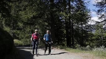 Auch Theresa May kennt die Vorzüge der Schweiz: Die Premierministerin und ihr Mann verbrachten im vergangenen Sommer Wanderferien in den Alpen.Marco Bertorello/Reuters