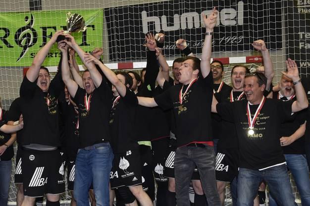 Suhr jubelt mit dem NLB-Meister-Pokal.