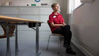 Therese Rothenfluh im Besprechungszimmer auf der Spitex-Station: Oft lacht sie, wenn sie etwas sagt – als sei mit jeder Begegnung mit dem Tod ihre Freude am Leben davor noch etwas grösser geworden.