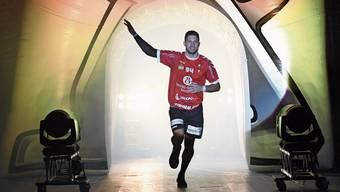 Der Endinger Marius Moser läuft im Nebel in die Halle. Hinter ihm ging der Feuermelder los.