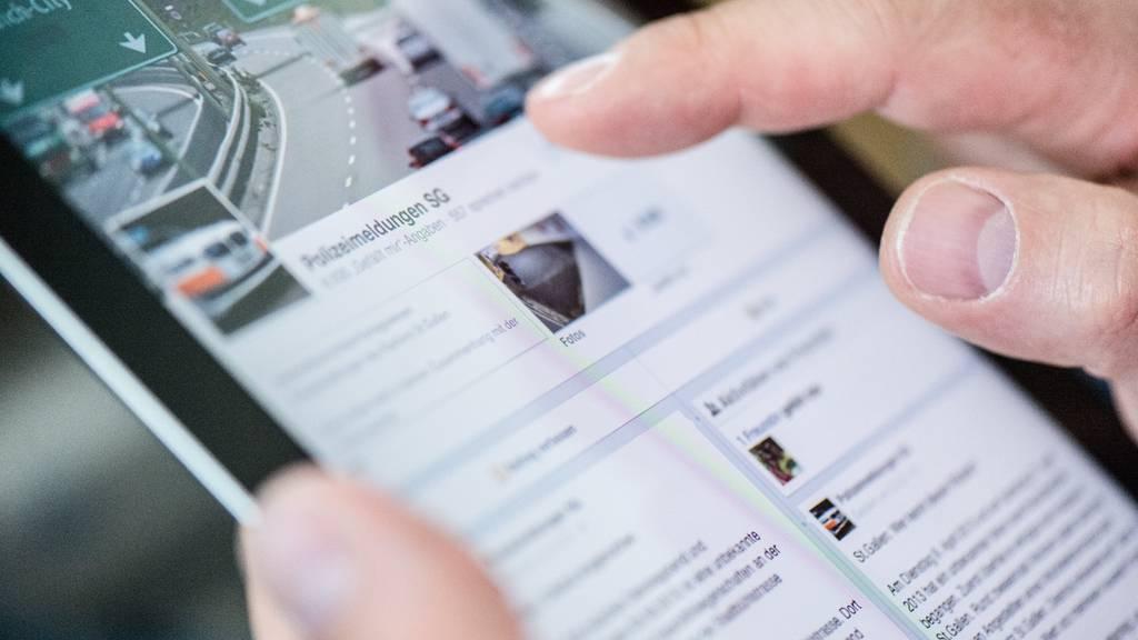 Die Facebookseite Polizeimeldungen SG wird auf einem iPad abgerufen.