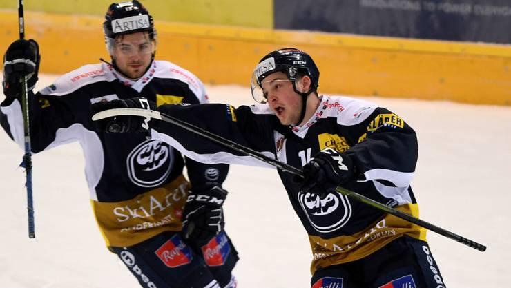 Dominic Zwerger (rechts) freut sich über sein entscheidendes 3:2