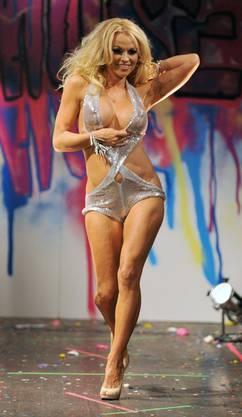 Die Ex-Baywatch-Nixe 2010 knapp bekleidet an einer Modeschau