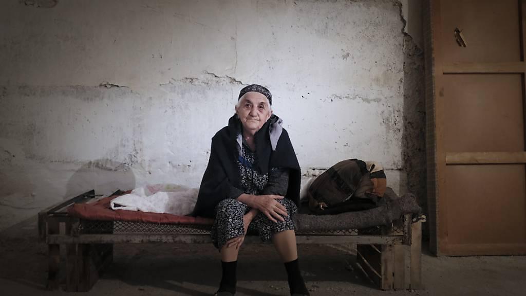 Eine ältere Frau aus Armenien sitzt in der Konfliktregion Berg-Karabach in einem Bombenbunker. Foto: Karo Sahakyan/ArmGov/PAN Photo/AP/dpa