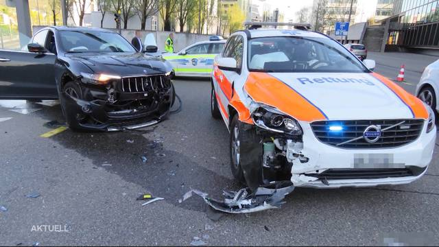 Mit Blaulicht über Rot: Rettungsfahrzeug kollidiert mit Maserati