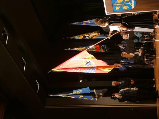 Das Jahreskonzert der Musikgesellschaft Schinznach-Dorf stand ganz im Zeichen der Fahnenweihe;alte Fahne (r.) und neue Fahne