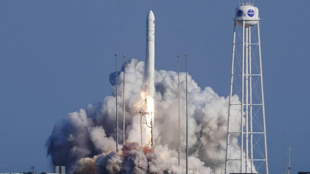 Die Antares-Rakete von Northrop Grumman hebt von der Startrampe des NASA-Testgeländes in Wallops Island ab. Die Rakete trägt ein Cygnus-Raumschiff, das die Internationale Raumstation mit Nachschub versorgen wird. Foto: Steve Helber/AP/dpa