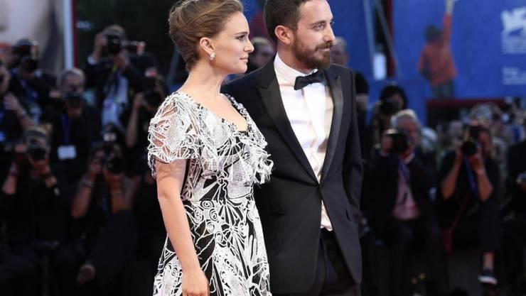 Noch ist nicht viel davon zu sehen, aber Natalie Portman - hier mit dem Regisseur Pablo Larrain in Venedig - ist schwanger.