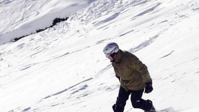 Ein Snowboarder auf einer Piste (Symbolbild)