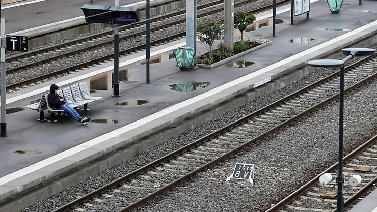Die französischen Bahnangestellten setzten am Wochenende ihren Streik gegen die Reformpläne der Regierung fort. Erneut fielen zahlreiche Zugsverbindungen aus. (Archiv)