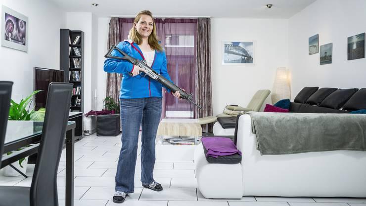 SVP-Grossrätin Stefanie Heimgartner posiert mit dem Sturmgewehr in der Stube – sie hat schon drei Auslandeinsätze im Kosovo geleistet.