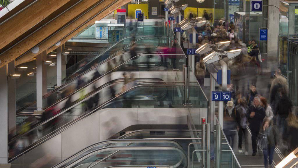 Der Anteil der Menschen, die im Zug zur Arbeit fahren, hat in den letzten Jahren zugenommen. (Archivbild)