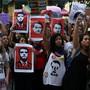 Demonstrantinnen gehen auf die Strasse und zeigen ihren Unmut: #EleNão nennt sich die Bewegung gegen Bolsonaro. Reuters