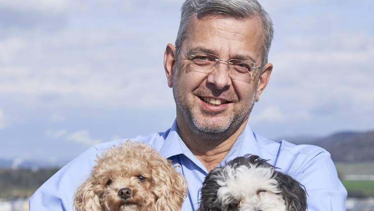 Der noch höchste Schlieremer Rolf Wegmüller mit seinen beiden Hunden Quamar und Quentin.