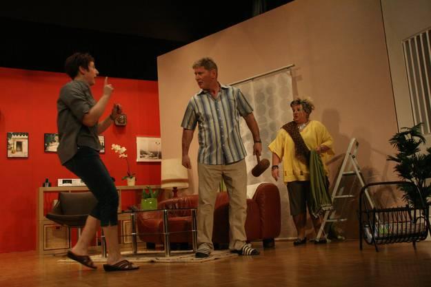 Die Lage zwischen Käthi (Claudia Brutschi , links), Rolf (Ruedi Emmenegger) und Rosmarie (Irène Vögeli) spitzt sich dramatisch zu