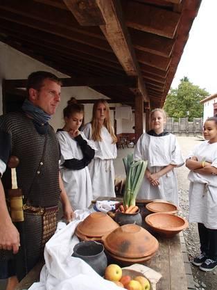 Lucius erklärt den SchülerInnen wie die Römer vor 2000 Jahren kochten