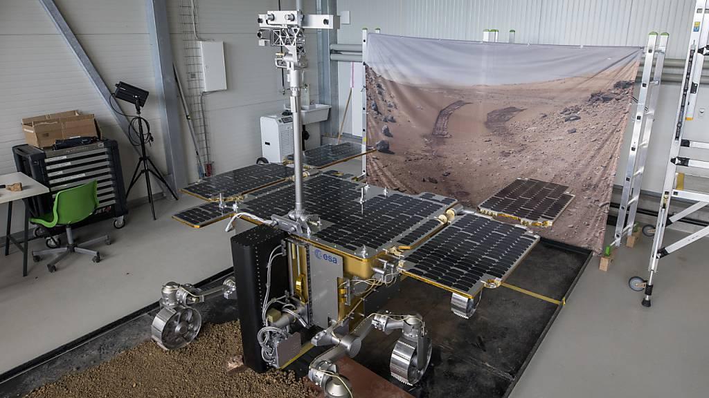 Der ExoMars-Rover Rosalind Franklin, hier als Modell im Marslabor der Uni Basel in Witterswil, muss noch eine Weile auf seine Reise zum Mars warten.