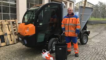 Der Wohler Werkhofmitarbeiter Philipp Brunner ist hier mit dem neuen Elektro-Kommunalfahrzeug auf seiner letzten Abfalltour im Dorf unterwegs.