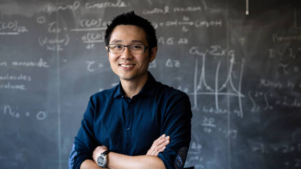 Astrophysiker analysiert astronomische Daten mit Stift und Papier
